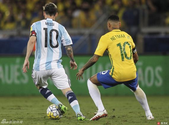 在两位10号球员的直接对抗中 梅西落了下风