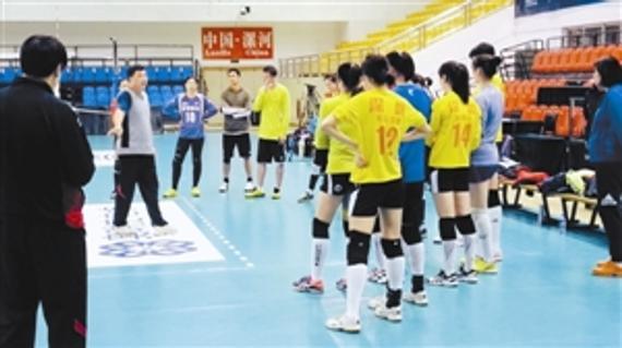 主教练俞觉敏(左)在指导训练。