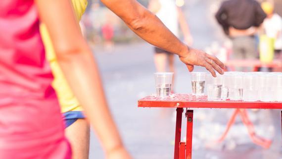 跑者在比赛中该不该带水? 制定策略需注意5点