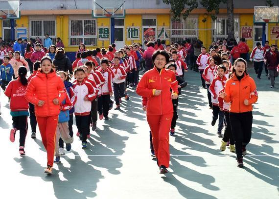 高敏(右)、韦永丽(左)和培新小学校长张燕领跑