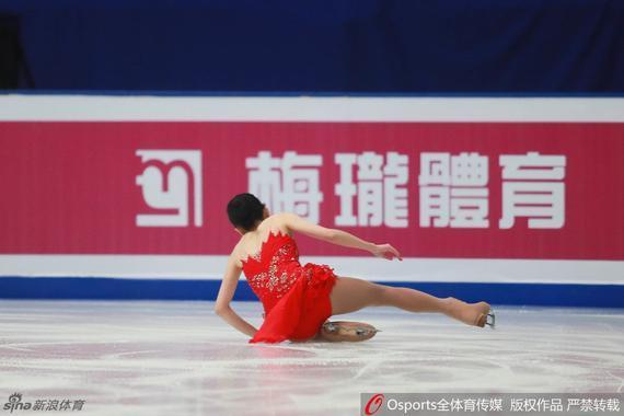 李子君摔倒