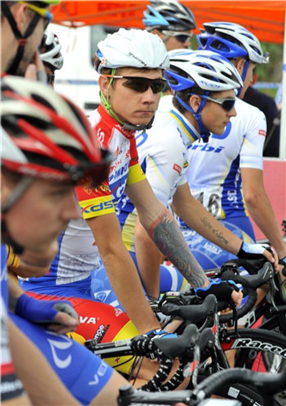 11月20日,选手在2016环福州·永泰自行车赛第5赛段比赛中。视觉中国供图