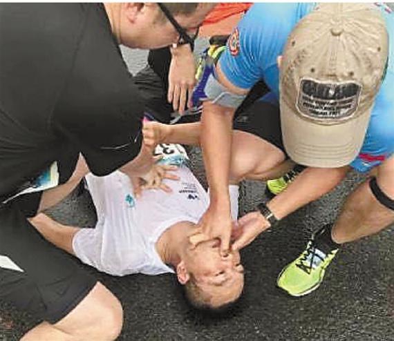 舟马一男子跑步时倒地休克,宁波老师现场施救脱险。