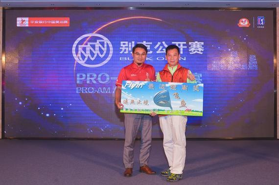 中国美巡赛赛事总监邵华(左)
