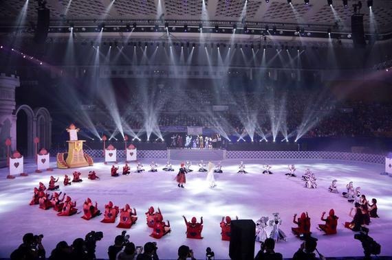 中国首部校园冰上剧《爱丽丝梦游仙境》在北京首体亮相。