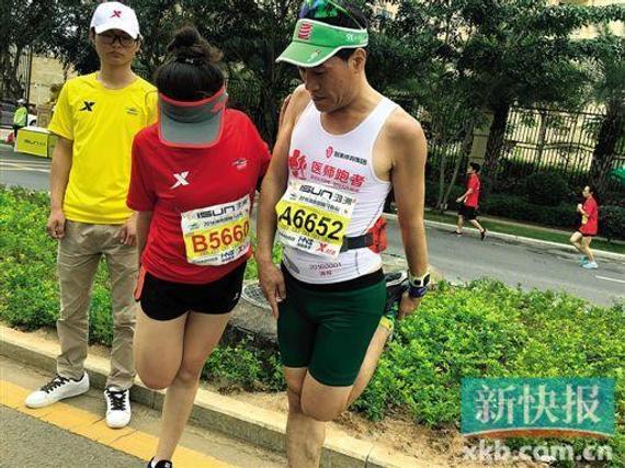 医师跑者带着跑友做热身