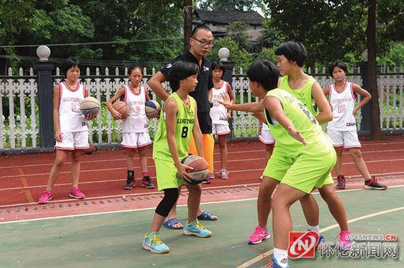 张琼琼教孩子们篮球的进攻、防守等战术。