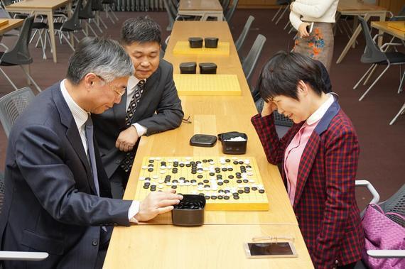 中国驻韩大使邱国洪与中国国家围棋队领队华学明手谈交流