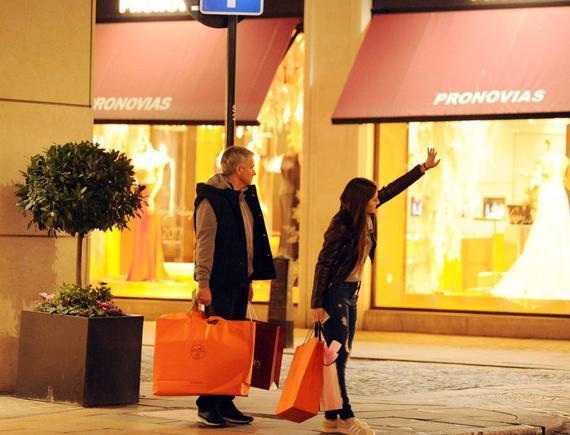 穆帅陪女儿购物