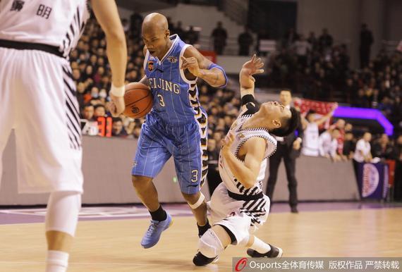 无力挽回北京败局,马布里也有些急躁