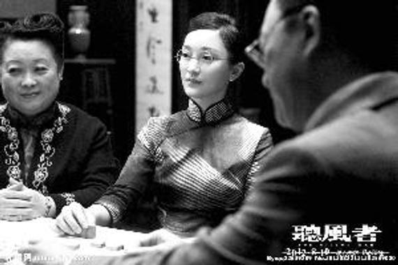电影《听风者》中,周迅扮演的地下党在牌桌上展开情报工作
