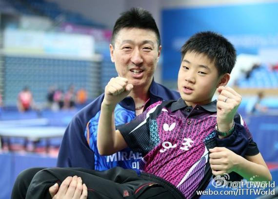 吴尚垠和儿子(图片来源:@ITTFWorld)