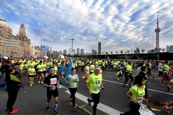 新浪体育讯 北京时间1月9日,日本媒体报道称,2016年在中国举行的正式马拉松比赛达328个,如果按照这个趋势发展下去,可以预见今年的马拉松数量将成倍增的态势:中国的跑步热潮大有超过日本的气势。   日媒介绍,2013年在中国各地举行的马拉松比赛数量仅有39个,2014年增至51个,近两年来则呈现出爆发性的跑步热潮,2015年的比赛数量是上一年的2倍以上,达到134个,去年也达到前一年的2倍以上,有328个规模不同的马拉松赛事举办。   马拉松已经成为中国国内新的人气运动,跑步是无论男女老少都可以