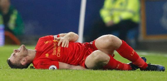 亨德森痛苦的倒在地上