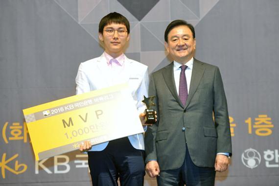 2016韩联赛朴廷桓获得MVP奖,韩国棋院总裁洪锡炫颁奖