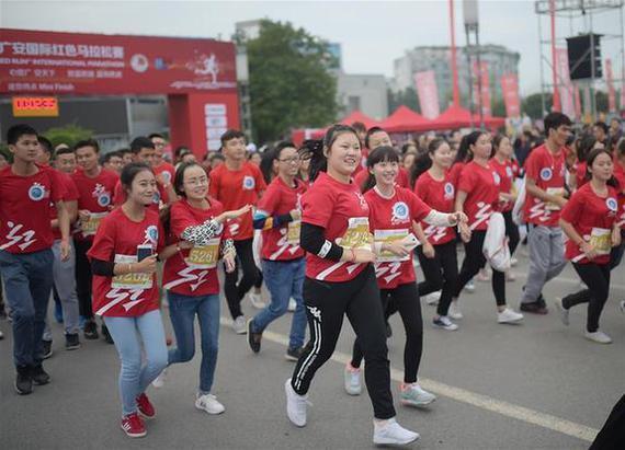 10月16日,参赛选手从起点出发。当日,2016广安国际红色马拉松赛开赛,赛事共吸引8000余名跑步爱好者参赛。 新华社记者薛玉斌摄
