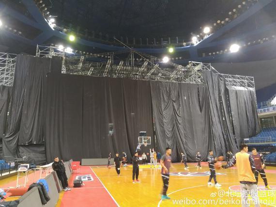 青岛队主场搭建了巨大的舞台