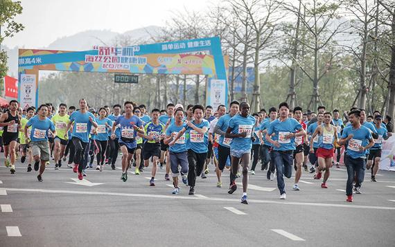 蓝色的跑步服形成一道靓丽的风景线