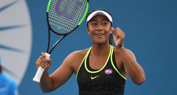 新浪体育讯  北京时间1月3日消息 新赛季WTA布里斯班赛上,2000年出生的澳洲新星阿耶瓦以2-6/6-3/6-4力克美国好手马泰克,成为第一位在WTA女单正赛赢球的00后。几周后的澳网,她将成为首位站上大满贯正赛舞台的00后。   目前排名387位的阿耶瓦在本周从资格赛打起,连克去年赛会四强克劳福德、前NO.