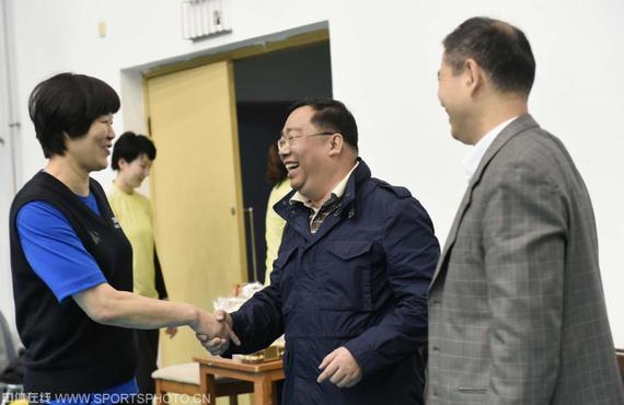 刘文斌(中)表示郎平执教女排消息不属实