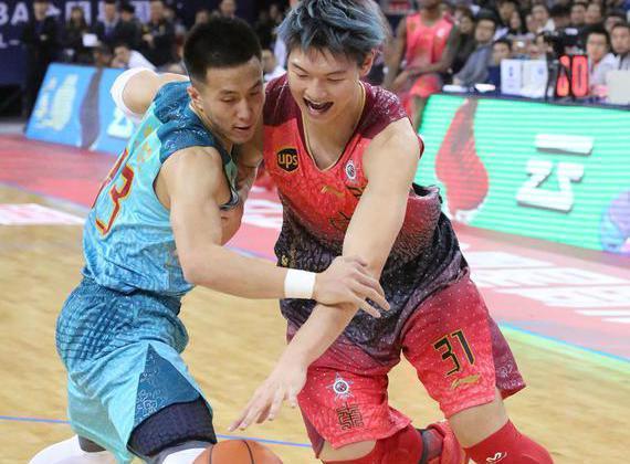 郭艾伦与王哲林在竞赛中单挑