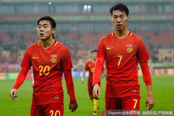 王靖斌(右侧)