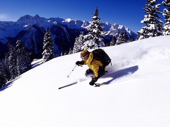 """新手""""越级""""挑战中级滑雪道,扭伤膝盖走不了路。"""