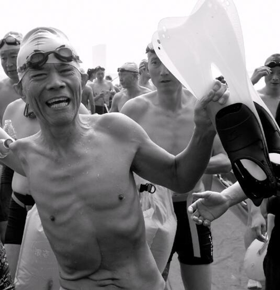 古稀独臂教师15次横渡钱塘江,梦想横渡英吉利海峡。