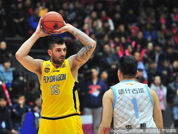 巴蒂斯塔在对阵新疆时吃到了一次违体犯规