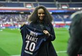 法国小姐现身巴黎圣日耳曼女足现场