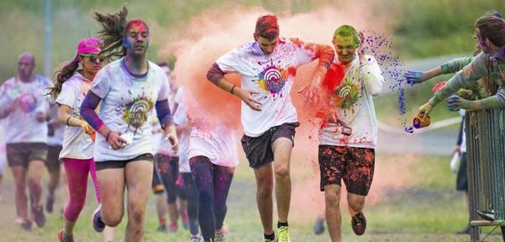 捷克举行趣味彩色跑