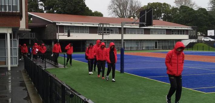 男篮蓝队穿棉衣在新西兰训练
