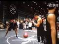 视频-闫帅与罗宾逊三世街头过招 中投稳稳命中