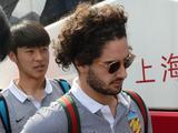 天津权健队坐高铁抵沪友好与球迷签名合影