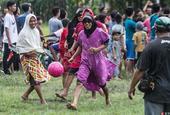 棉兰民众庆祝印尼独立日男扮女装踢足球
