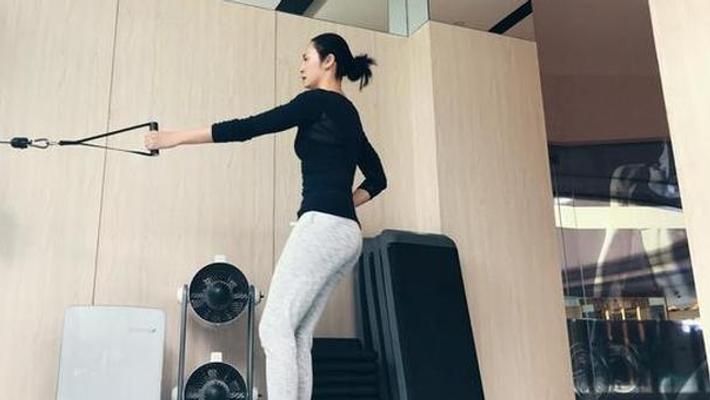 姚晨身材有致健身大展曲线美