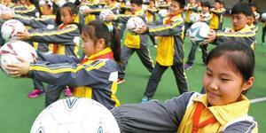 雷人!中学足球舞=搞科研 中国足球形式主义害人