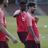 巴萨训练备战欧冠 梅西又坐球