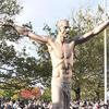 伊布霸气雕像揭幕 比梅罗的强多了?