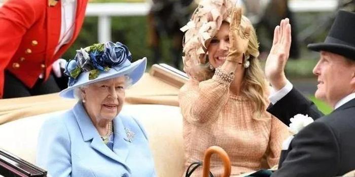 英国皇家赛马会举行 英女王一身蓝衣亮相