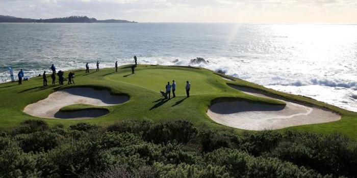 污染嚴重!圓石灘附近沿海水域沉積數萬高爾夫球