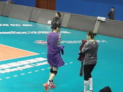 北京女排训练遇到严寒挑战 发个球就得哈气暖暖手