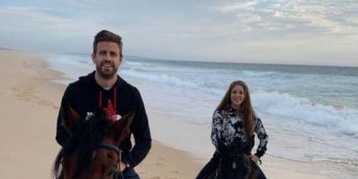 西班牙前国脚皮克与夏奇拉海边休闲骑马
