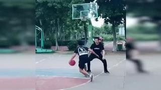 黄宇军野球场单挑打爆对手