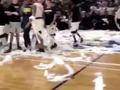 视频-国外的一场篮球比赛惊现!手纸满天飞什么鬼?