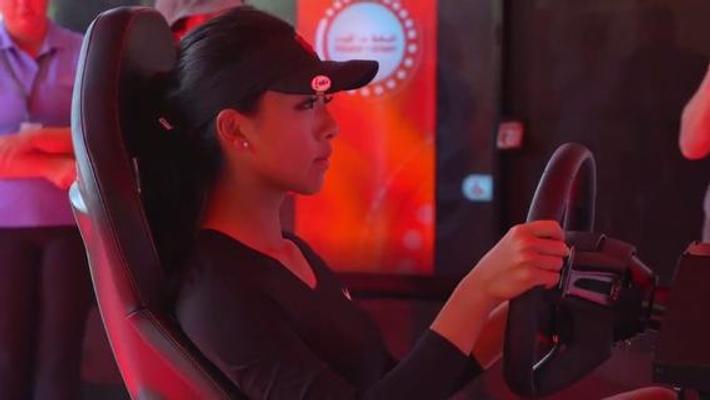 何沐妮参观迪拜智能警察局 驾驶AI警车