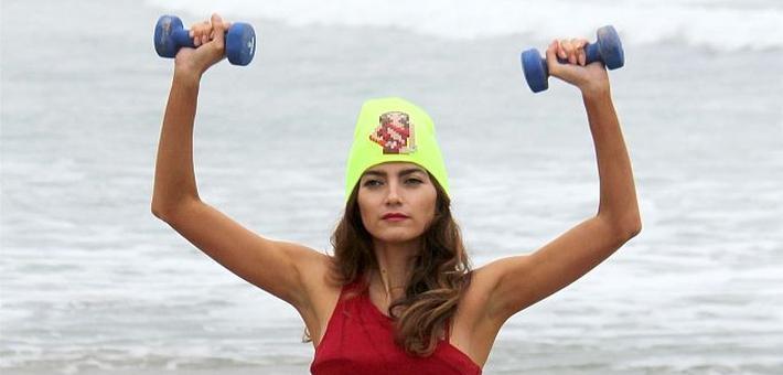 布兰卡海滩做运动大展矫健身姿