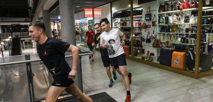 波兰举行商场赛跑活动