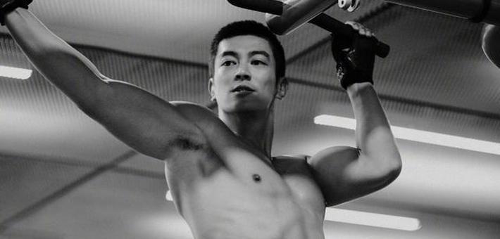 杜江晒健身成果半裸秀八块腹肌