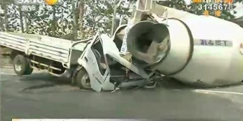 水泥罐车砸中后车车头.司机当场亡